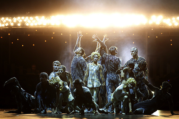 Artists perform during a dress rehearsal for Quidam, a show by Cirque du Soleil, at the Royal Albert Hall in London January 4, 2014. REUTERS/Luke MacGregor (BRITAIN - Tags: ENTERTAINMENT SOCIETY) - RTX1722P Фото: REUTERS/Luke MacGregor