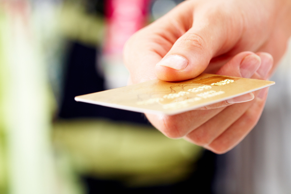 Close-up of credit card in human hand in the shop Фото: depositphotos.com