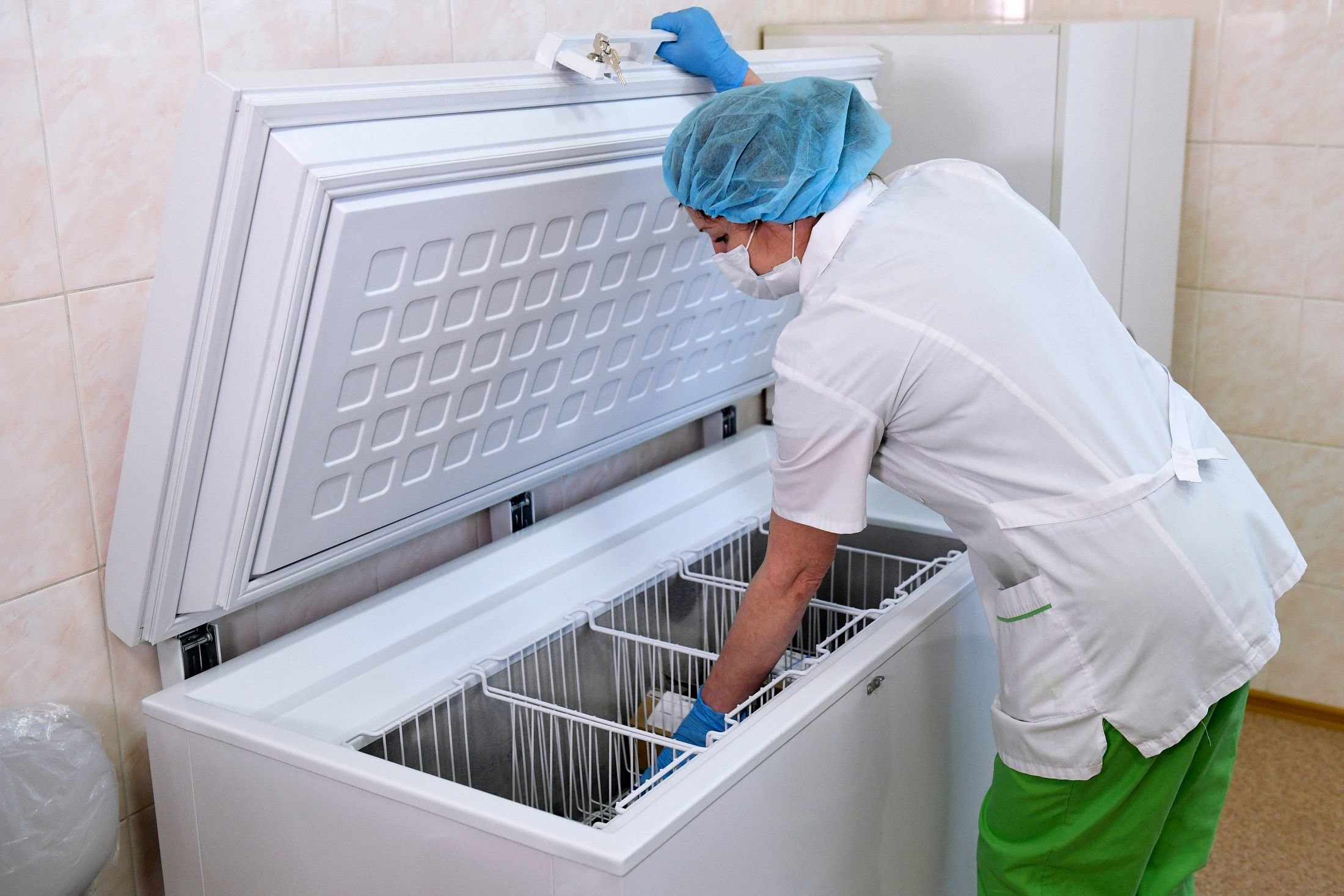 """Nurse pulls out a package of coronavirus vaccine """"Gam-Kovid-Vak"""" from the refrigerator before vaccination of health workers against COVID-19 in the city clinical clinic No. 2 in Novosibirsk.  Photo: Alexander Kryazhev / RIA Novosti"""